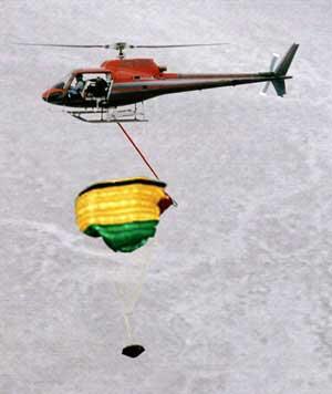 De Sonde wordt met behulp van helikopters uit de lucht gehaald